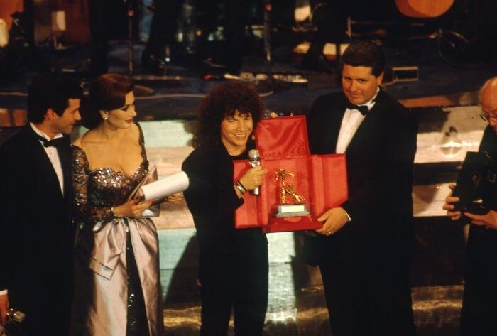 """1991 - Riccardo Cocciante premiato per la canzone """"Se stiamo insieme"""" (Fotogramma)"""