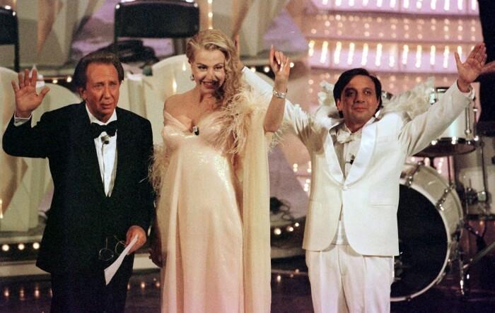 1997 - Mike Bongiorno sul palco del 47esimo festival di Sanremo, condotto con Valeria Marini e Piero Chiambretti (Ansa)