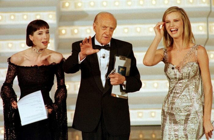 1998 - Veronica Pivetti, Raimondo Vianello e Eva Herzigova sul palco del 48simo Festival di Sanremo (Ansa)