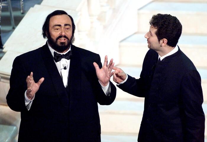 2000 - Luciano Pavarotti con Fabio Fazio sul palco del Teatro Ariston (Ansa)
