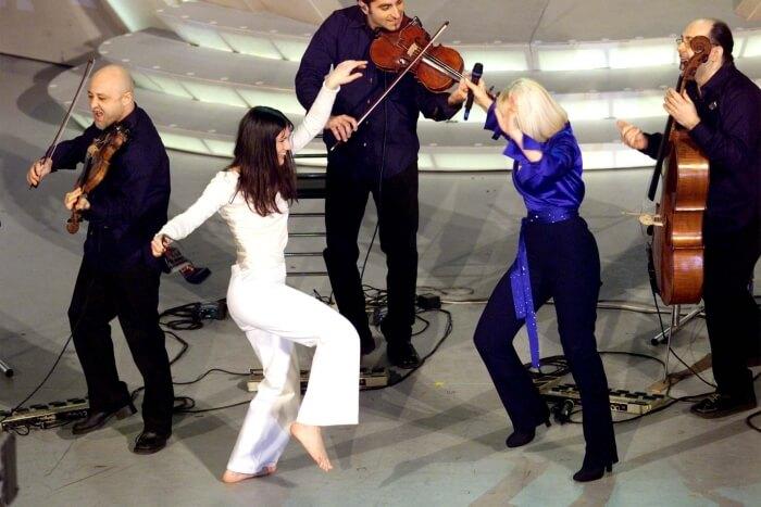 2001 - Elisa, vincitrice della 51esima edizione del Festiva, balla a piedi nudi sul palco dell'Ariston con Raffaella Carrà (Ansa)