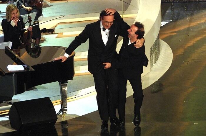 2002 - Roberto Benigni scherza con Pippo Baudo sul palco dell'Ariston (Archivio Rcs)