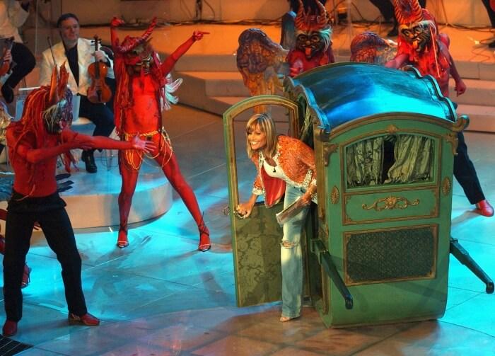 2004 - Simone Ventura, conduttrice della 56esima edizione del Festival, arriva sul palco dell'Ariston a bordo di una carrozza (Ap)